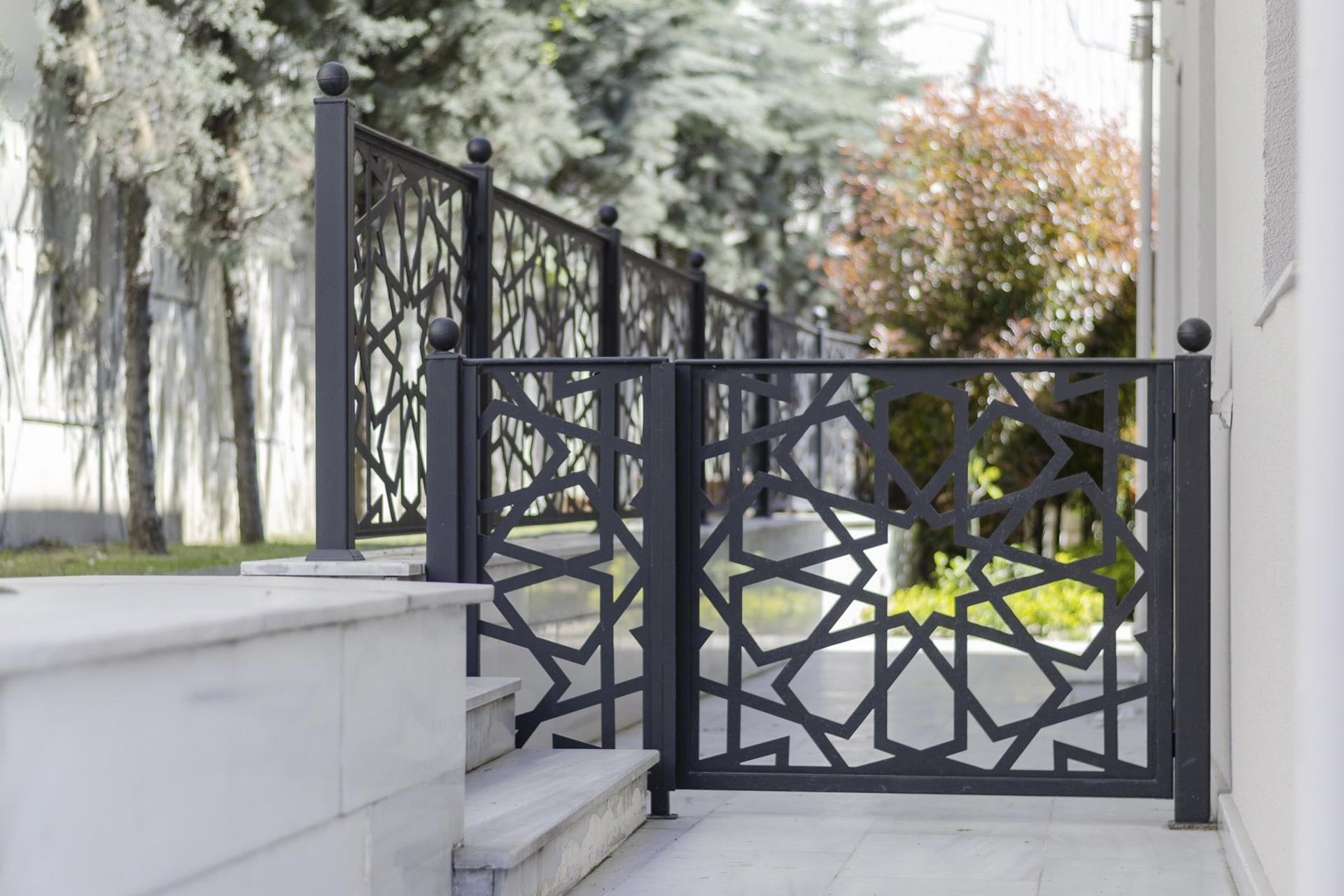 Geometrik Ferforje Kapı Modeli