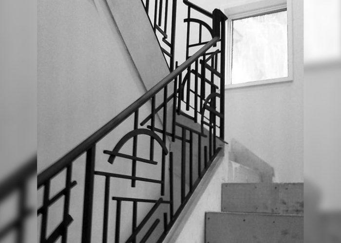 minimal-cizgi-tasarimli-ferforje-merdiven-korkulugu